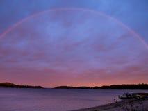 Regenboog over avondmeer Stock Foto's