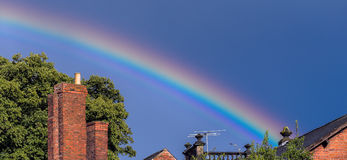 Regenboog over daken Royalty-vrije Stock Foto