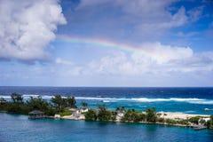 Regenboog over de Bahamas Stock Foto's