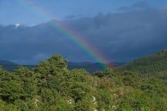 Regenboog over de bergen dichtbij Gorizia Stock Fotografie