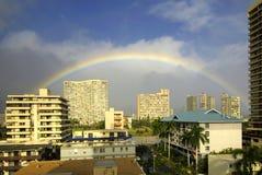 Regenboog over de bovenkant van gebouwen in Waikiki, Honolulu, Hawaï Stock Foto