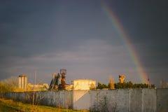Regenboog over de fabrieksschoorstenen Thermische elektrische centrale in de regen stock fotografie