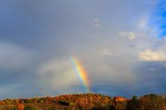 Regenboog over de herfsthelling in NY van Berkshires Hudson Valley stock fotografie