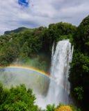 Regenboog over de Marmore-Dalingen, langste kunstmatige waterval i stock fotografie