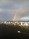 Regenboog over de oceaan Stock Foto