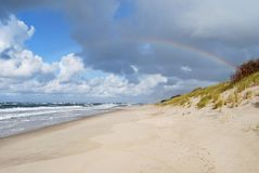 Regenboog over de Oostzee stock afbeeldingen