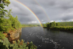 Regenboog over de rivier Stock Fotografie