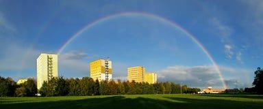 Regenboog over de stad Royalty-vrije Stock Afbeelding