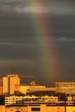 Regenboog over de stad. Stock Foto