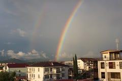 Regenboog over de stad Stock Fotografie