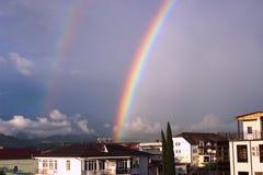 Regenboog over de stad Royalty-vrije Stock Foto's