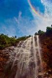 Regenboog over de waterval Stock Fotografie