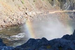 Regenboog over een krachtige stroom van water onder de waterval van de rivier Urich in Oostelijke Sayan Royalty-vrije Stock Foto