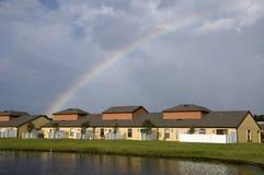 Regenboog over Flatgebouwen met koopflats Stock Fotografie