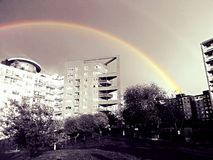 Regenboog over gebouwen Royalty-vrije Stock Foto