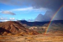 Regenboog over Geschilderde Heuvels Royalty-vrije Stock Foto's