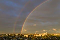 Regenboog over grote stad Dnipro ukraine stock foto's