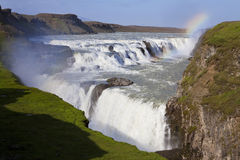 Regenboog over Gullfoss Waterval IJsland stock foto's
