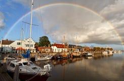 Regenboog over haven in Zoutkamp, Groningen Stock Afbeeldingen