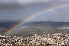Regenboog over het Arabische dorp Stock Afbeeldingen