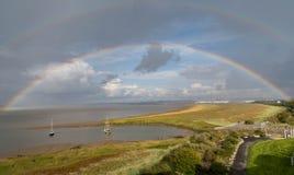 Regenboog over het Bristol-kanaal met jachten stock foto