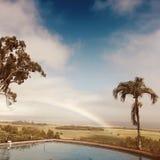 Regenboog over het eiland van Maui stock fotografie