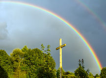 Regenboog over het kruis Stock Foto's