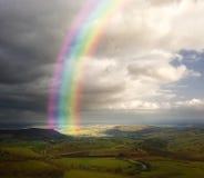 Regenboog over het landschap in de lente Royalty-vrije Stock Afbeeldingen