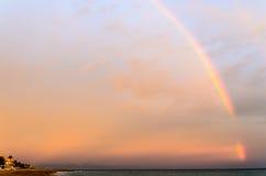 Regenboog over het overzees Stock Foto