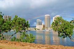 Regenboog over Honolulu Stock Afbeeldingen