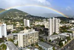 Regenboog over Honolulu royalty-vrije stock afbeeldingen