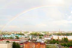 Regenboog over industriële sity Dakmening over spoorwegpost van Omsk Royalty-vrije Stock Afbeelding