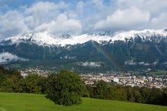 Regenboog over Innsbruck Stock Fotografie