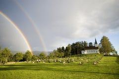 Regenboog over kerk, Noorwegen Royalty-vrije Stock Foto's