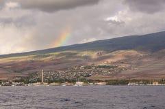 Regenboog over Lahaina stock foto