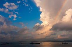 Regenboog over Lantau-Eiland stock fotografie