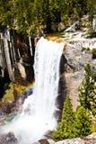 Regenboog over Lentedalingen van het Nationale Park van Yosemite, Californië stock afbeelding