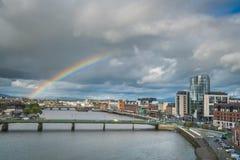 Regenboog over Limerickstad stock foto