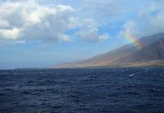Regenboog over Maui, Hawaï stock foto's