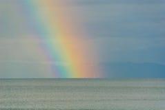 Regenboog over meer Royalty-vrije Stock Afbeeldingen