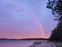 Regenboog over meerkust en boten Stock Afbeeldingen