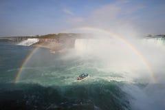 Regenboog over Niagara Falls royalty-vrije stock afbeelding