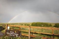 Regenboog over St Cyrus natuurreservaat in Schotland stock fotografie