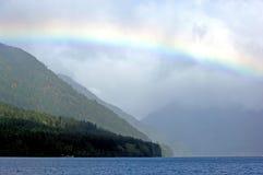 Regenboog over Toenemend meer royalty-vrije stock afbeelding