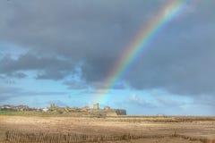 Regenboog over Tynemouth-Priorij royalty-vrije stock afbeeldingen