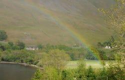 Regenboog over Ullswater Stock Afbeelding