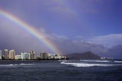 Regenboog over Waikiki stock foto