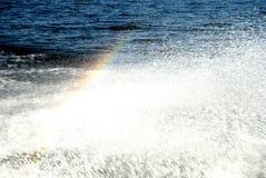 Regenboog over waterplonsen royalty-vrije stock afbeeldingen