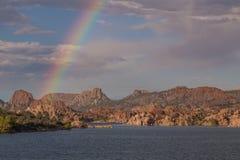 Regenboog over Watson Lake royalty-vrije stock afbeeldingen