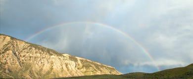 Regenboog over weg aan de Mammoet Hete Lentes in het Nationale Park van Yellowstone in Wyoming Verenigde Staten Royalty-vrije Stock Foto